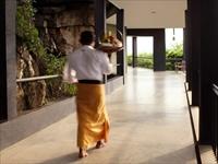 ヘリタンスカンダラマホテル/廊下を歩くスタッフ