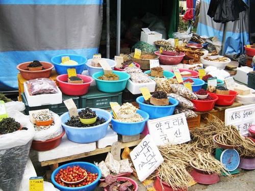 道端でたくさんの漢方薬材が売られています