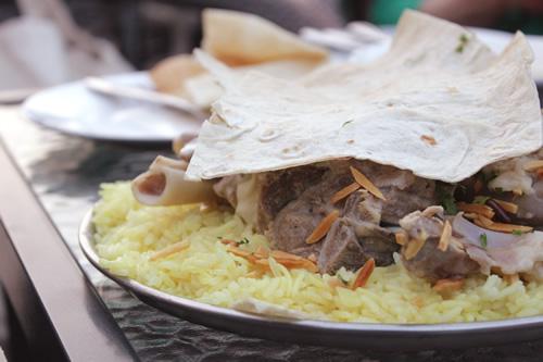 ヨルダンの伝統料理ラム肉のマンサフ