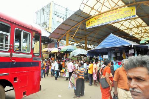 ペター市場とバスターミナルに向かうバス