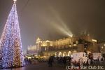 大きなクリスマスツリーが飾られたクラクフ