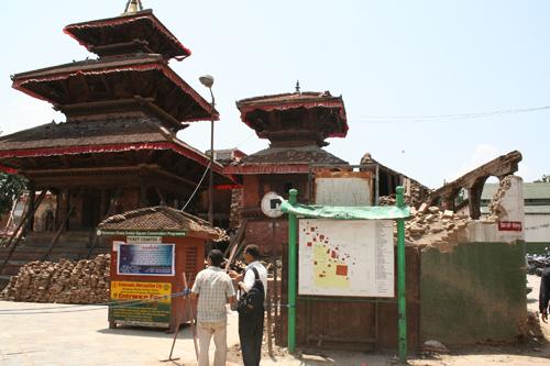 チケットカウンター前の寺院に支え