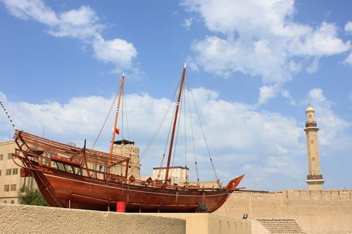 博物館の外に展示されているダウ船