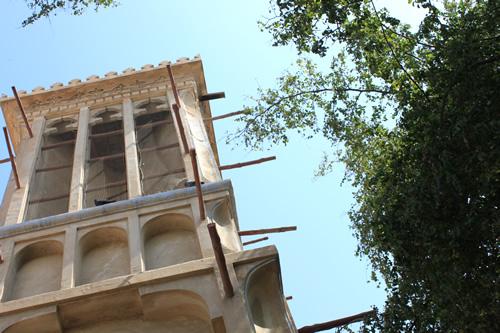 屋内を涼しく保つ「風の塔」