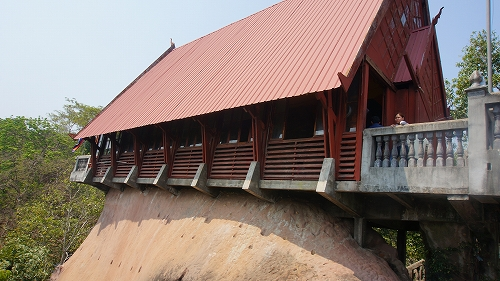 石の上の小屋