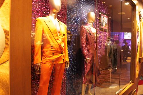 プリンスのステージ衣装が飾られた店内