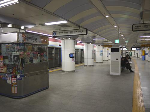 夜なので人が少ない駅の構内