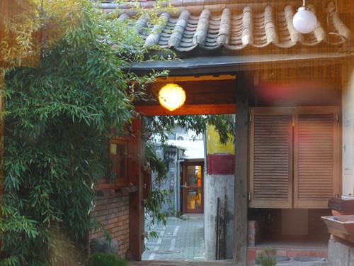 瓦屋根に竹やぶ…雰囲気バッチリ〜!