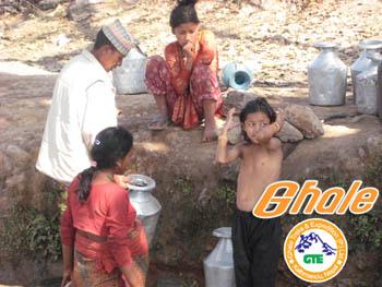 水汲みする村人