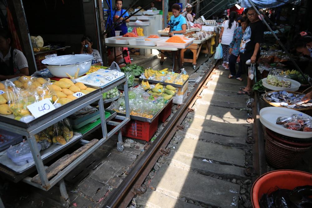 列車市場、線路の上に店が並ぶ