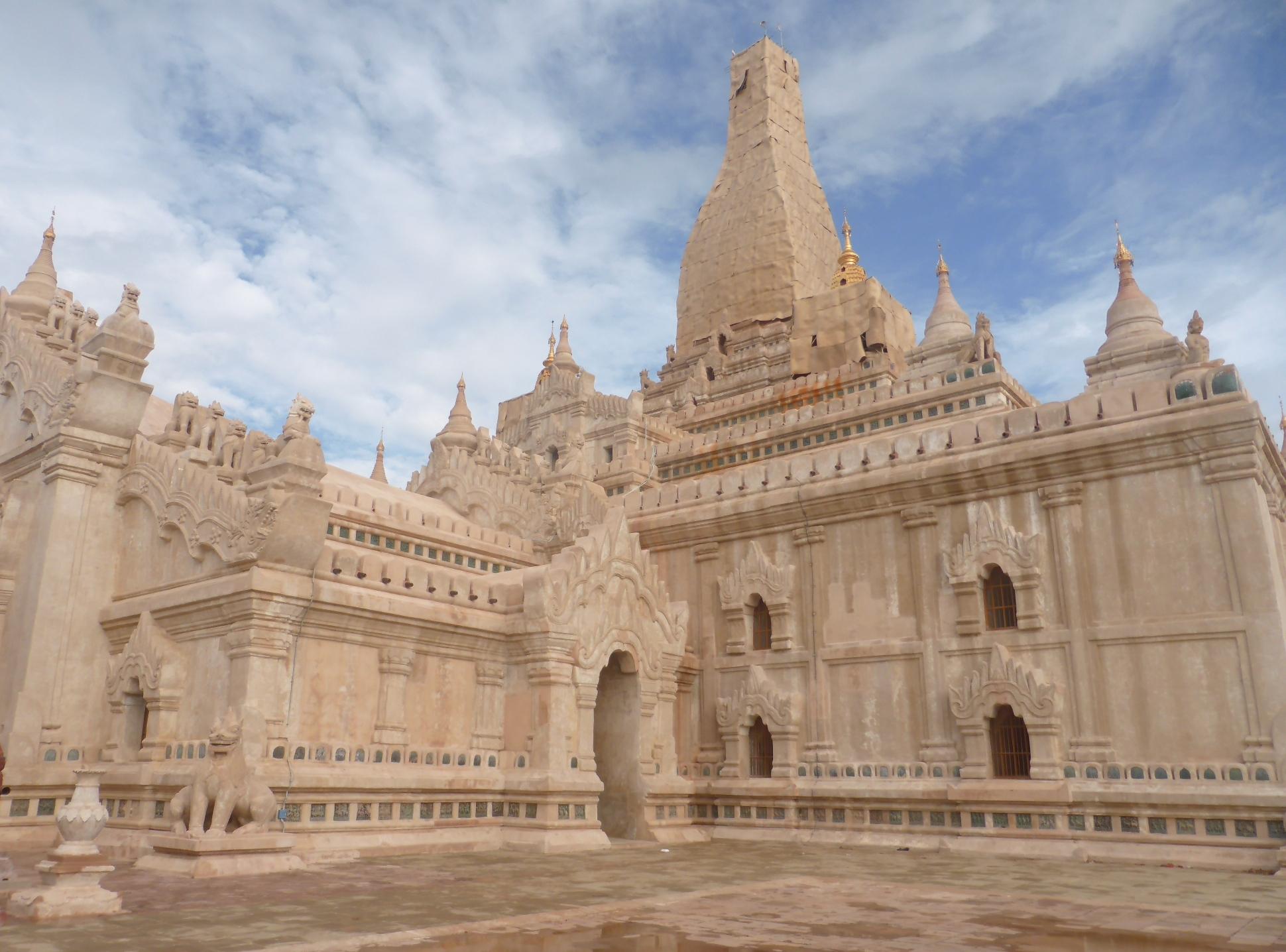 バガンの代表的寺遺跡、アーナンダ寺院