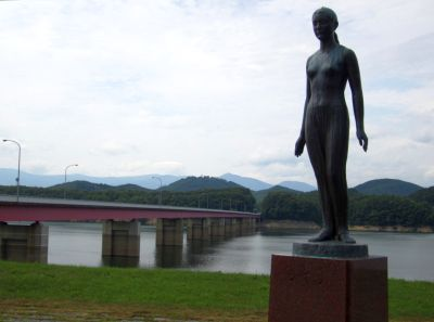 御所湖・シオンの像