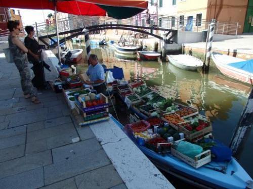 水上ボートの朝市