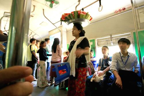 ヤンゴン環状線 車内