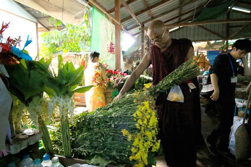 ニャウンウー市場 僧侶