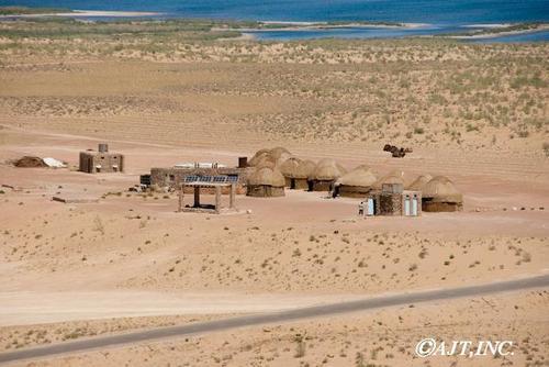 砂漠・湖・ラクダ