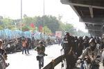 デモ隊と軍・警察の対峙