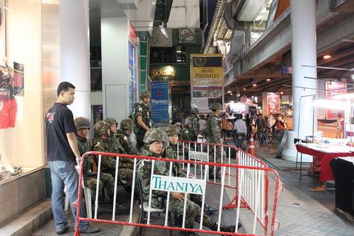 タニヤ通りの入り口付近の部隊