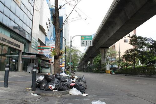 弊社ビル前のゴミ