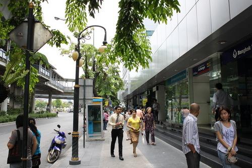 地下鉄駅付近の銀行