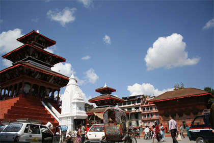 青い空とシヴァパルバティ寺院