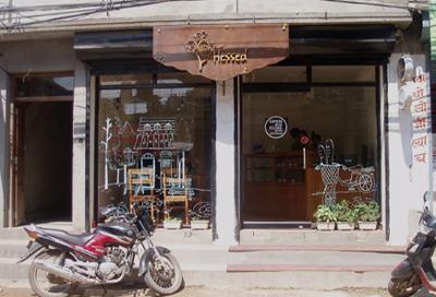 通りに面したガラス張りの明るいお店