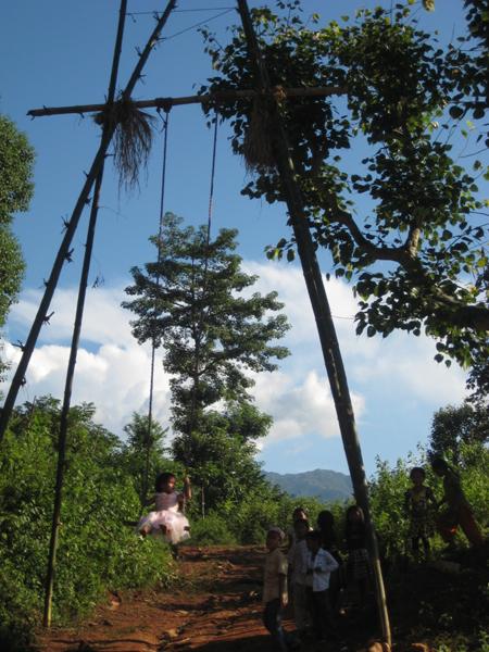 竹でこしらえたブランコ 青空に高く飛びます