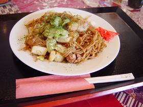 ↑これが栃木市の名物「イモ入り焼きそば」です。味はまさにB級グルメ!