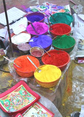 カラフルな色粉がずらりと並びます。