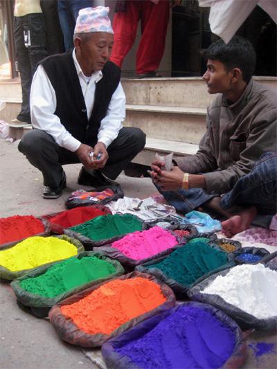 市場にて色粉を買うおじさん