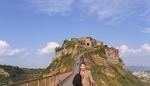 チヴィタ地区を背景に