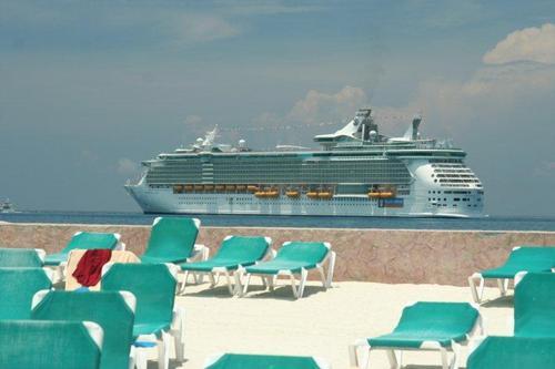 こんな立派な船が7泊で1000ドルよ!