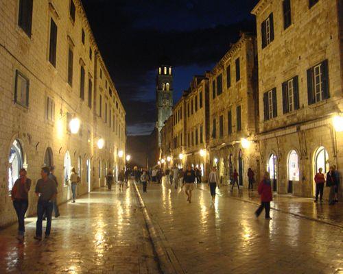 ドブロブニクの夜の風景メインストリート