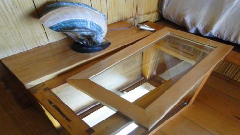 ベッド横にもガラステーブルが!!