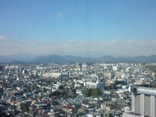 県庁の展望台からのぞむ男体山