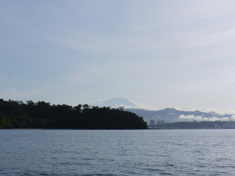 遠くのキナバル山