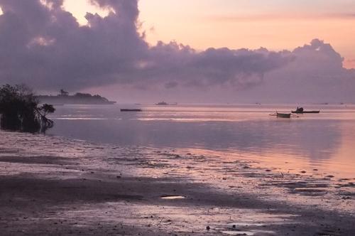 静けさの中、朝日が昇る