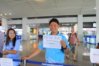 クラビ空港でホテルスタッフが待機