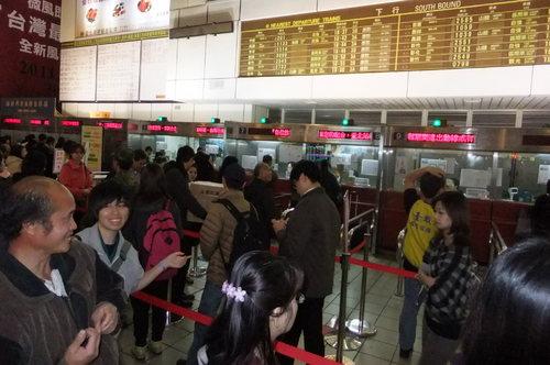 台北駅では切符を買うのに長い列