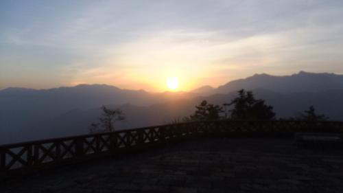 祝山から日出を拝む