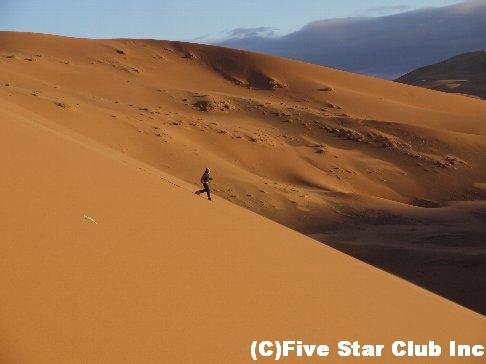 砂漠駆け下りる