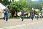 村に伝わる民謡の踊りを