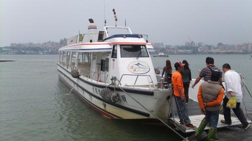 渡し舟で対岸八里区へ渡る