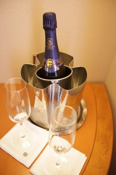 シャンパンで船出!