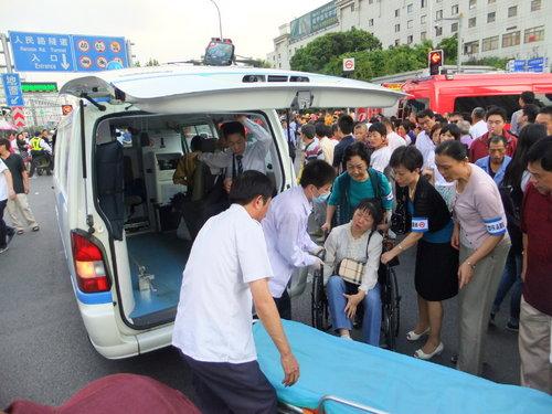 負傷者が救急車で病院へ搬送される