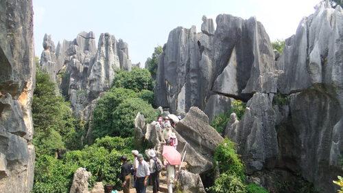 岩の中の通路を歩いていく