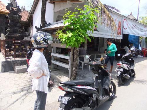モーターバイクで近くの町へ