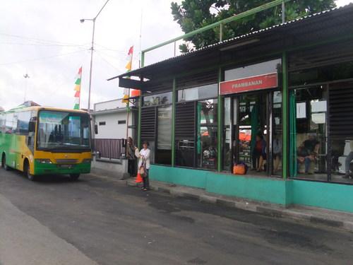 トランスジョグジャのプランバナンのバス停