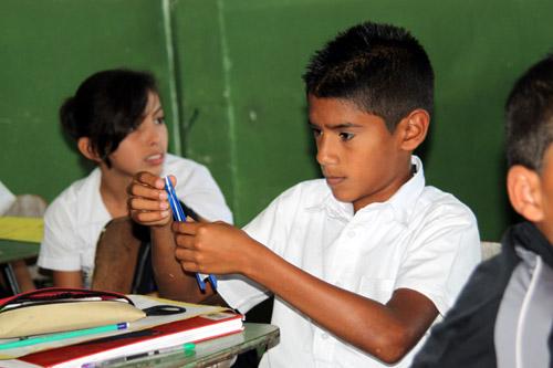 コスタリカ 小学校 折り紙の授業